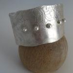 bracelet manchette large avec texture dentelle et billes d'argent