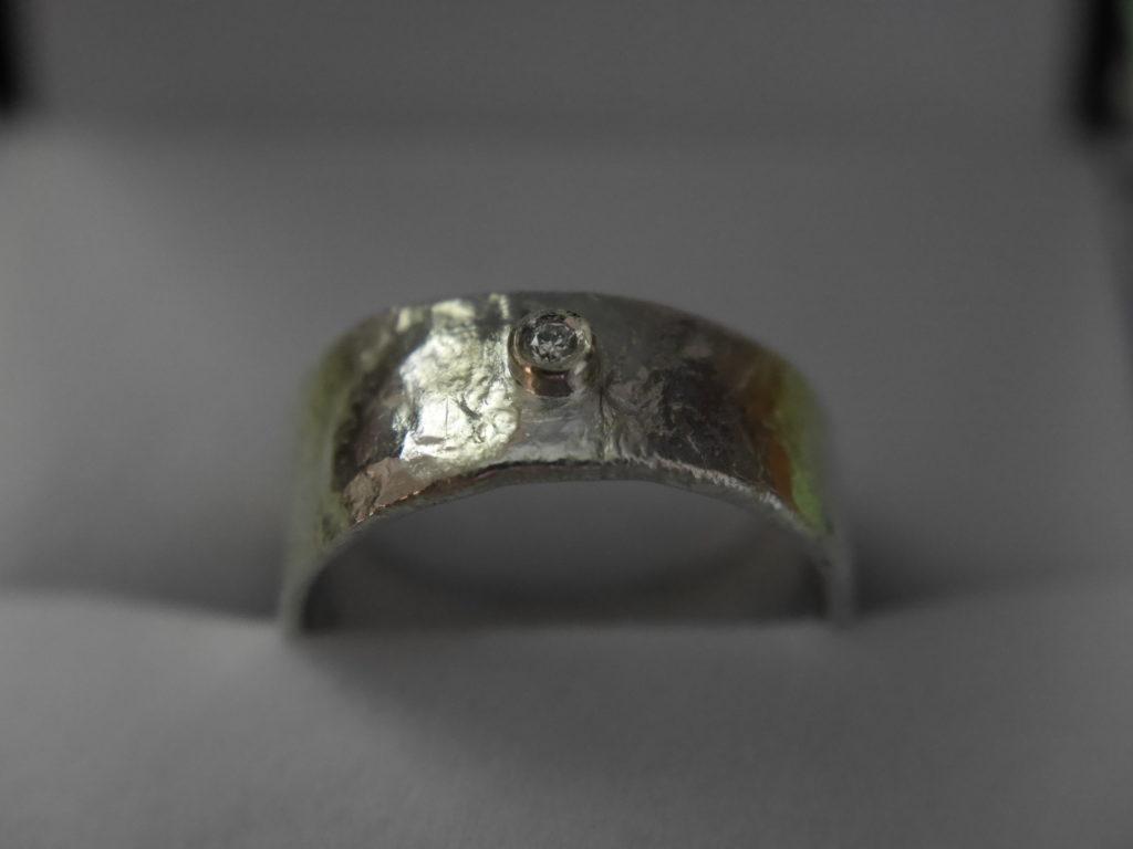 bague en or blanc de style fondu et diamant serti clos