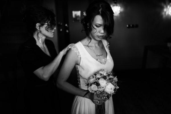 créations sur mesure les alliances à personnaliser Christelle Otero faisant l'essayage d'une robe de mariée et portant les boucles d'oreilles gouttes pendantes