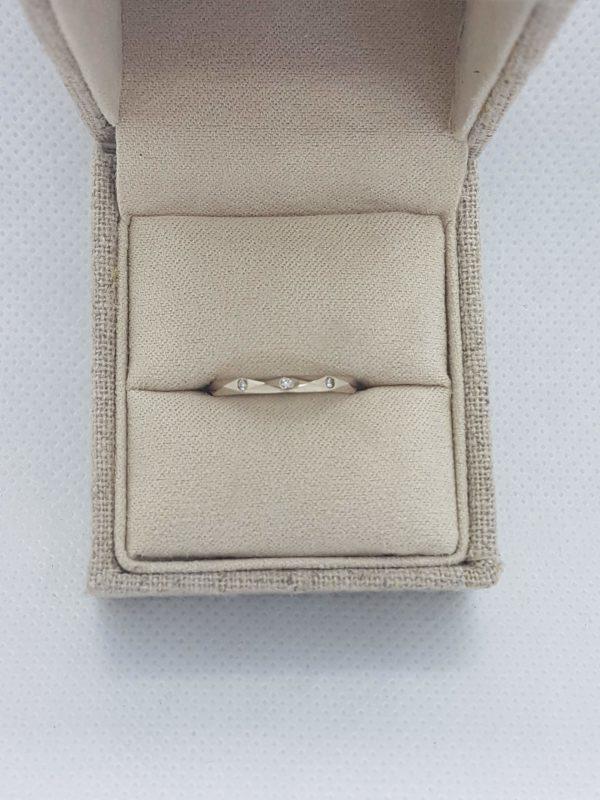 alliance à facettes regulières or blanc et diamants dans écrin