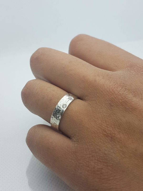 alliance large martelée et polie avec diamants 2mm sur main bronzée