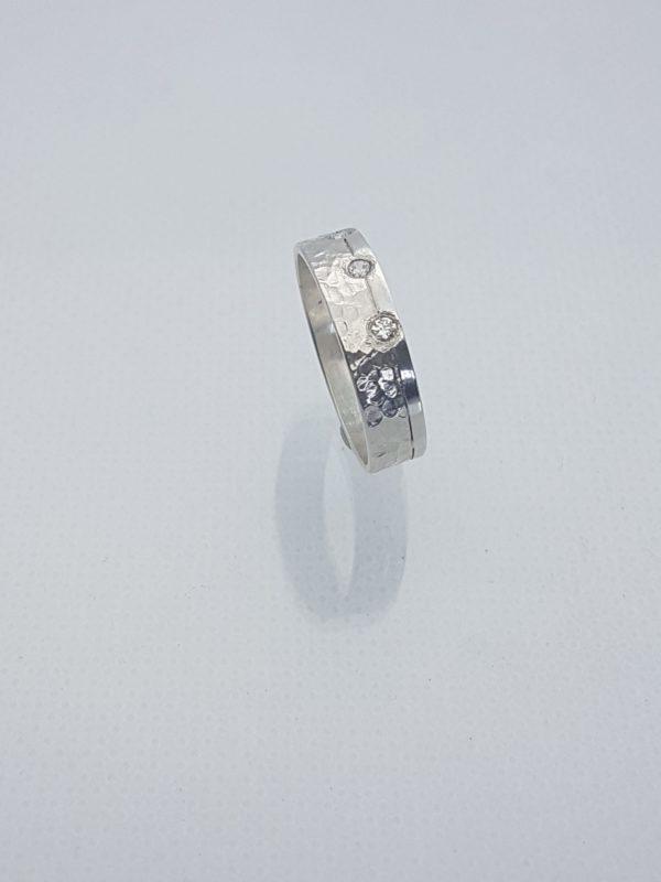 alliance large martelée et polie avec diamants 2mm