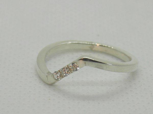 alliance en V avec 3 diamants